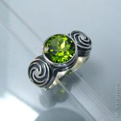 Кольцо с крупным оливином